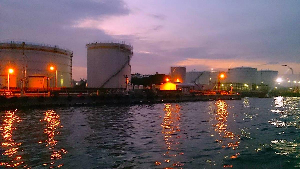 千葉港に隣接する工場群の夜景を観賞