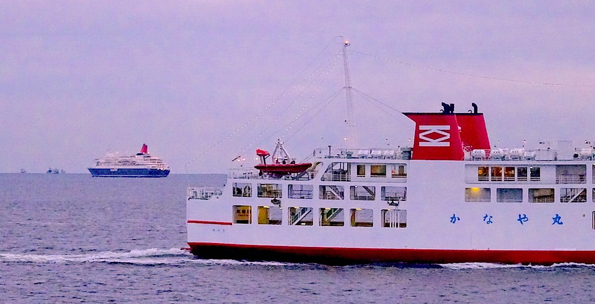 東京湾フェリー「しらはま丸」乗船中に、僚船「かなや丸」とすれ違い。背後には豪華客船「にっぽん丸」も