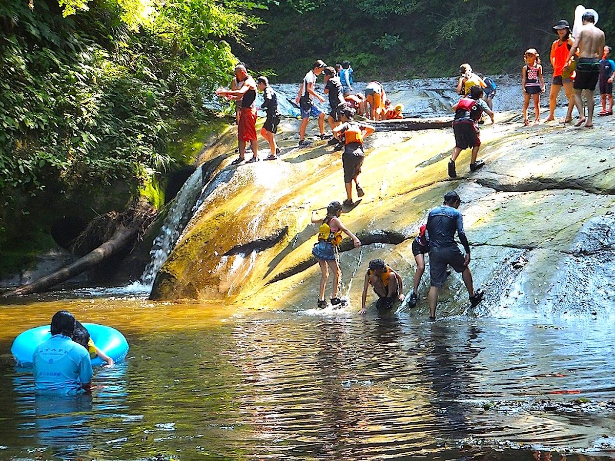 清水渓流広場では夏には水遊びも楽しめます