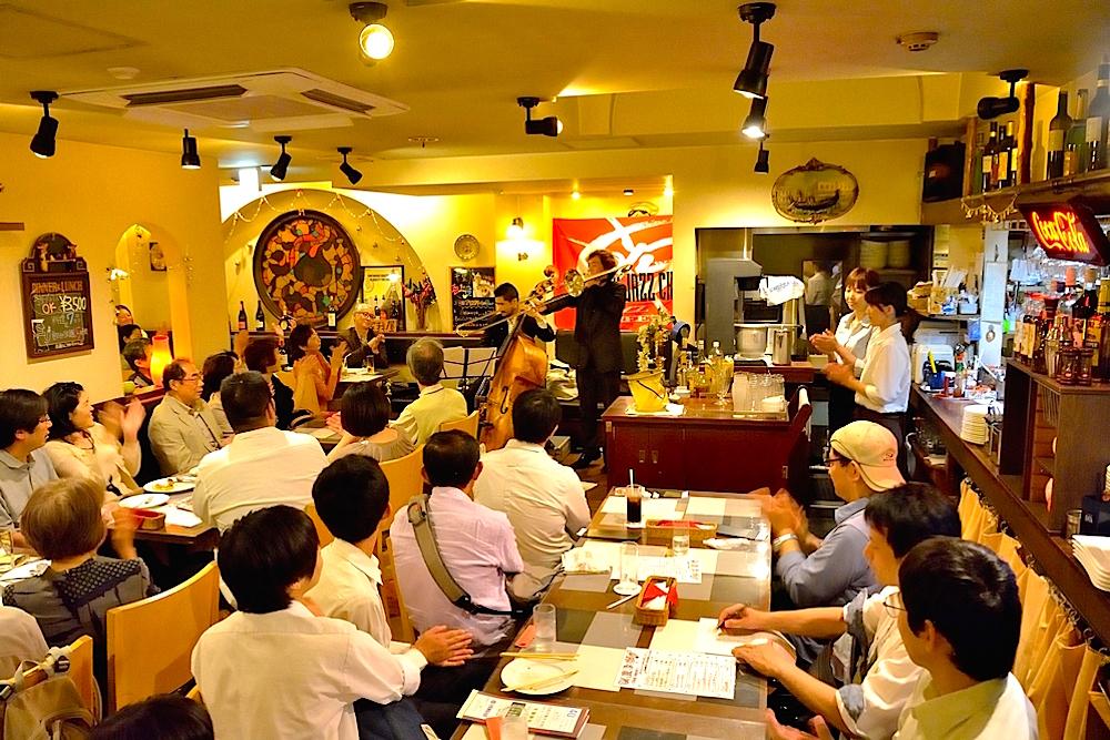 ライブハウス、レストランなどの飲食店でプロミュージシャンが演奏