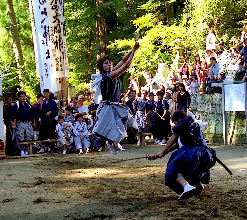 三島神社に奉納される棒術