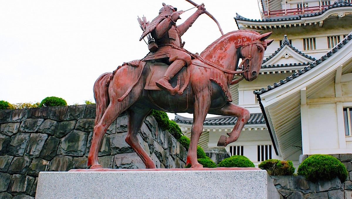 千葉城の模擬天守前には千葉常胤の銅像が