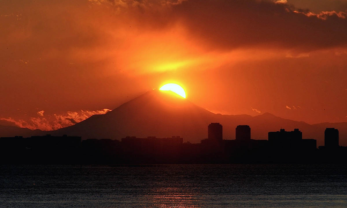茜浜緑道空眺めるダイヤモンド富士