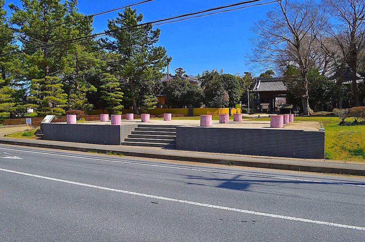 道路に面した西門跡は基壇を復元