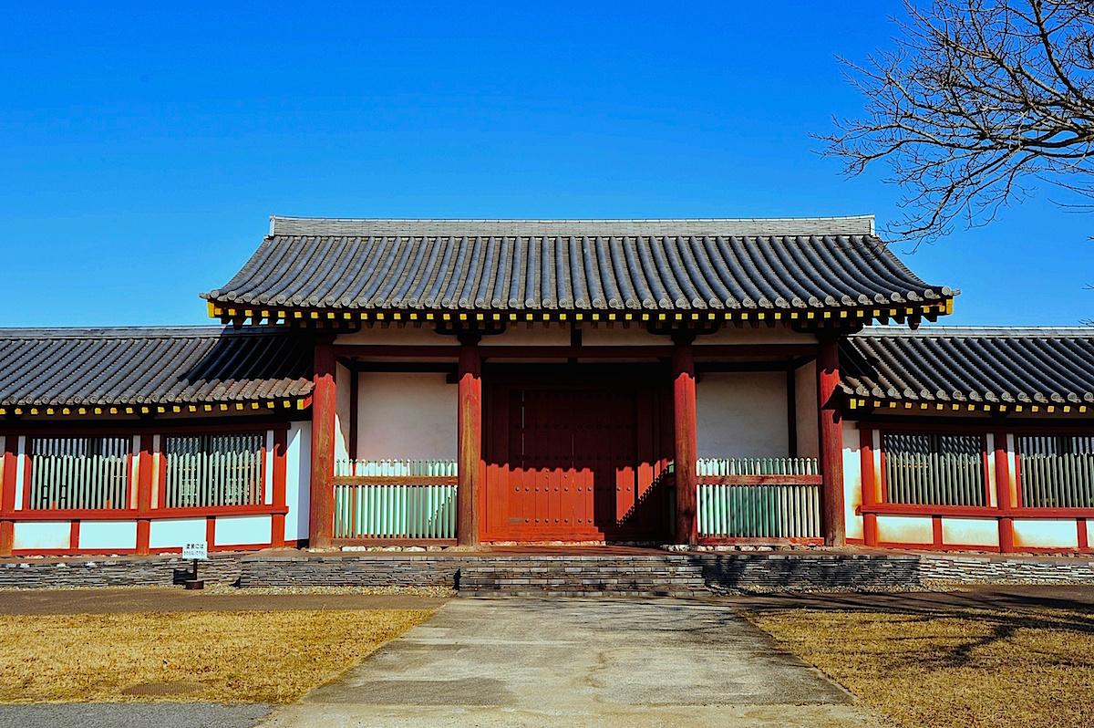 復元された尼寺伽藍の中枢部を構成する中門