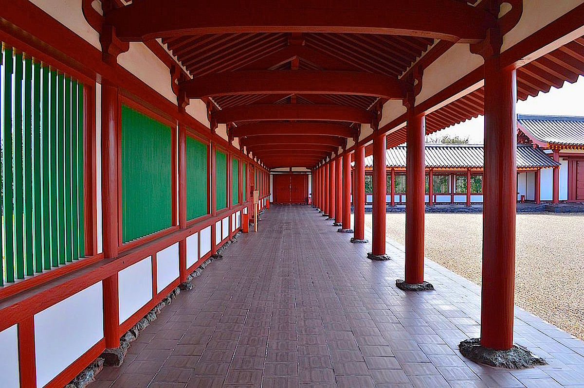 中門から回廊が伽藍を取り囲んでいます