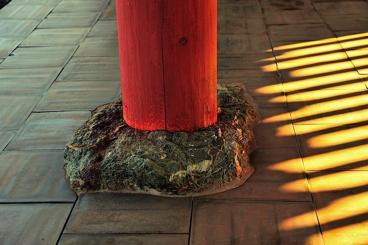 発掘された礎石の上に奈良時代同様の建築法で回廊を復元