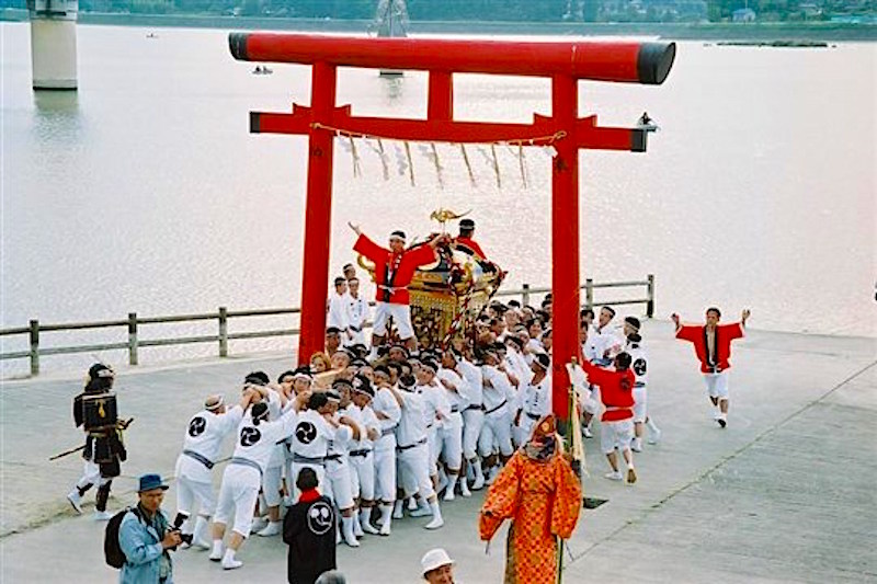 高滝湖の湖畔での神輿の渡御