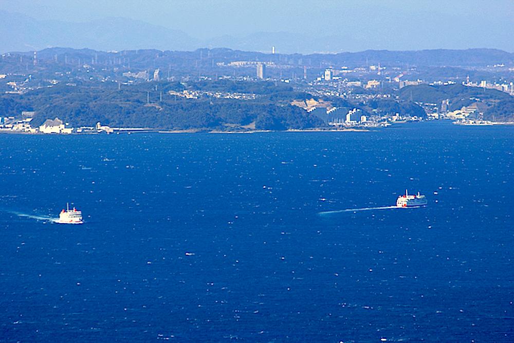 対岸の三浦半島・久里浜と東京湾フェリーを眺望