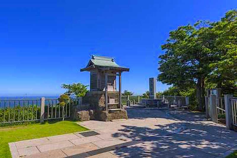 富士山に対峙するかのように浅間神社が鎮座