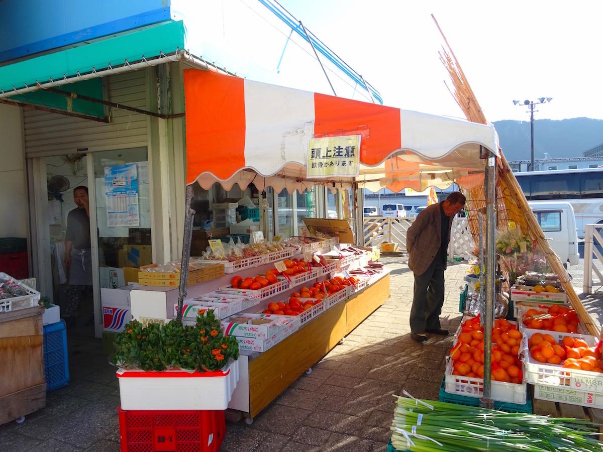 新鮮な野菜や果物を直売。車にのせておみやげに!
