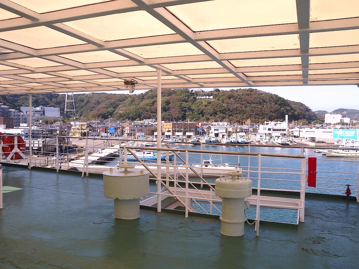 フェリー甲板から久里浜港、くりはま花の国眺望