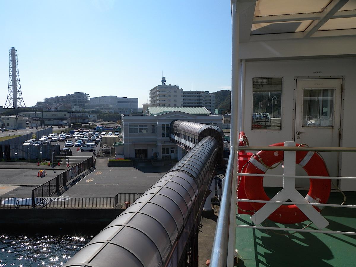 フェリー甲板から久里浜港ターミナル眺望