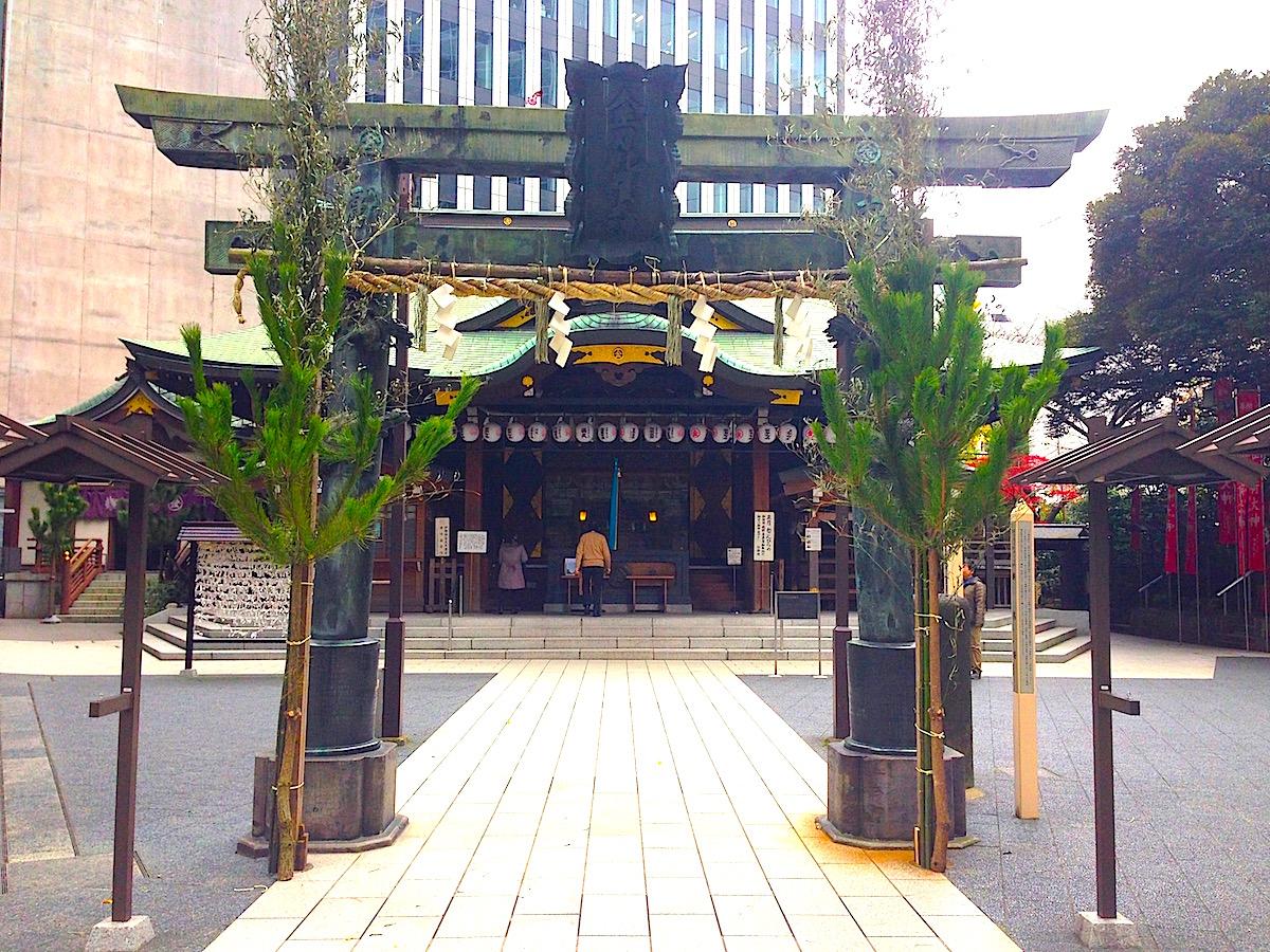 丸亀藩上屋敷内にあった1821(文政4)年奉納の銅鳥居(明神型鳥居)と昭和26年再建の拝殿