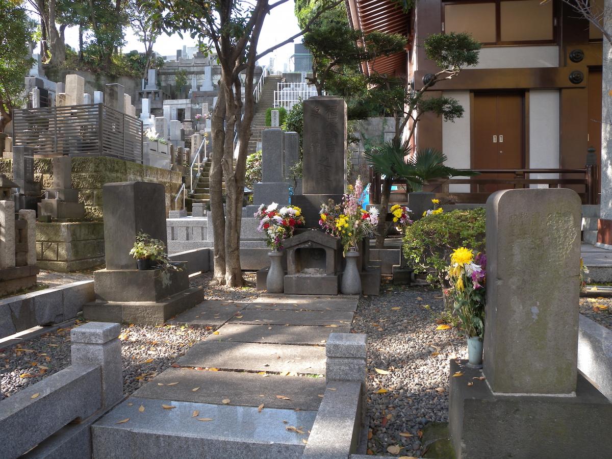 毎年2月3日には墓前で『雪池忌』が行なわれる福沢諭吉の墓