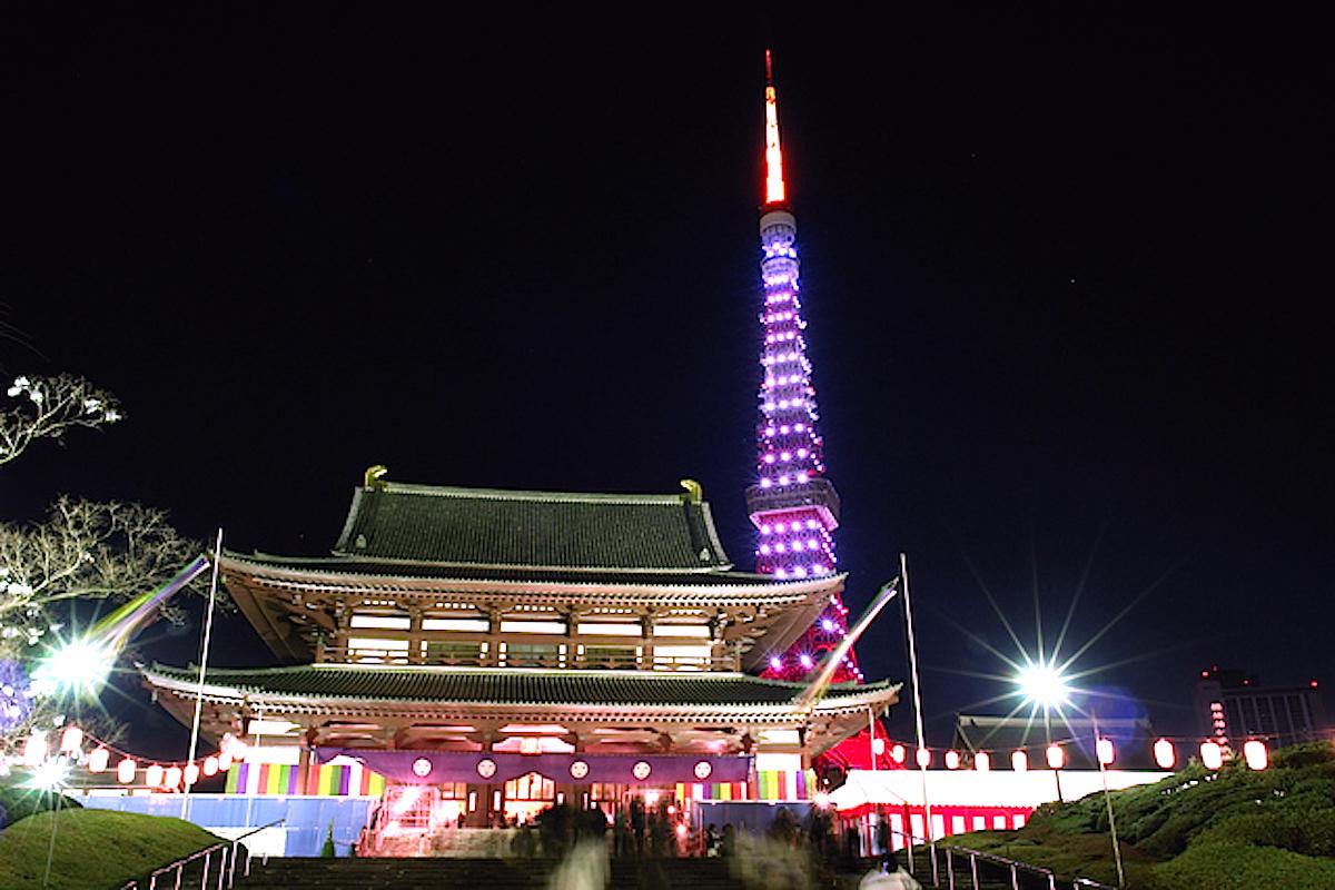 初詣で賑わう増上寺(大殿)と東京タワー