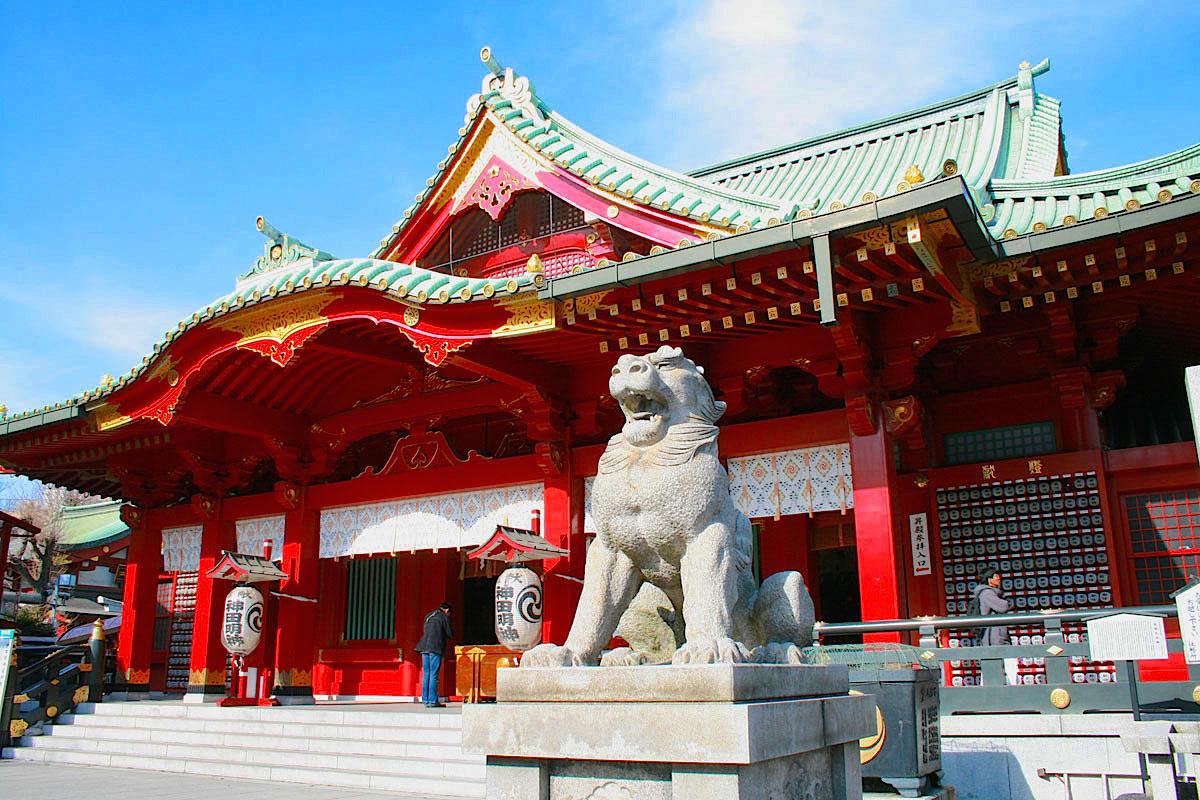 昭和9年再建の拝殿と珍しい正面を見据える狛犬