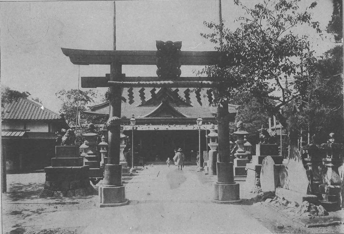写真の拝殿は戦災で消失しましたが、銅鳥居は現存しています