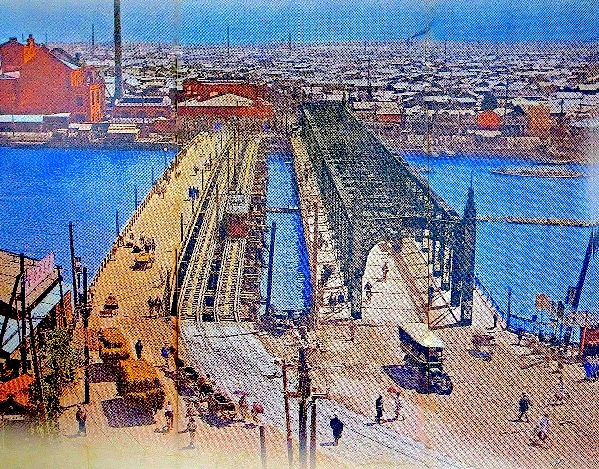 大正時代の吾妻橋。左から人道橋、東武鉄道の鉄道橋、そして吾妻橋(車道橋)